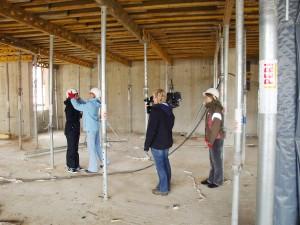 Letzte Korrekturen Andrea Müller bei Gruppen-Coaching für TV-Live-Reporter