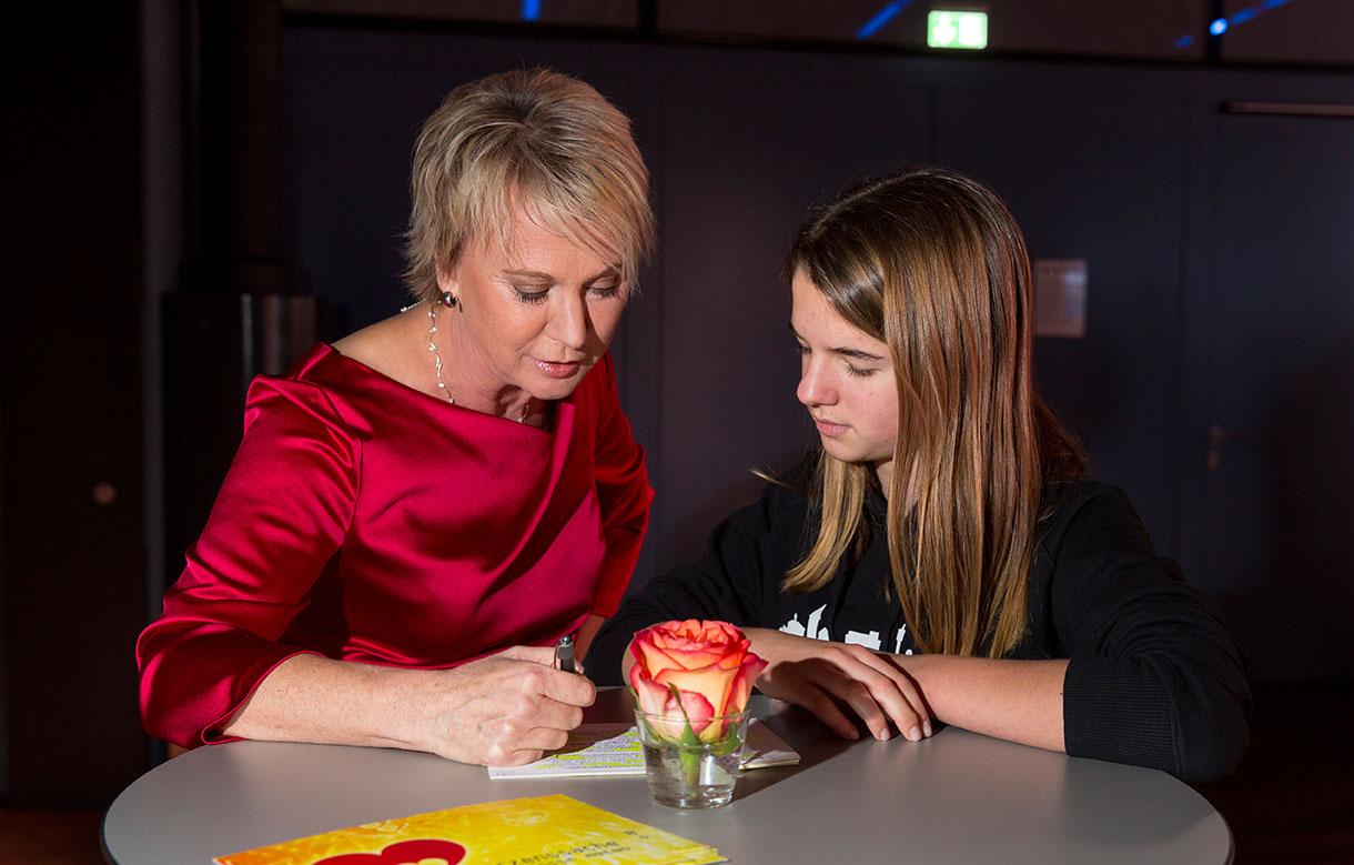 Andrea Mueller Letzte Moderationsbesprechung mit der Nachwuchsreporterin von SIM-TV anlässlich der Herzenssache-Vernissage des Künstlerehepaares Dugin, Sparda-Bank Dezember 2014