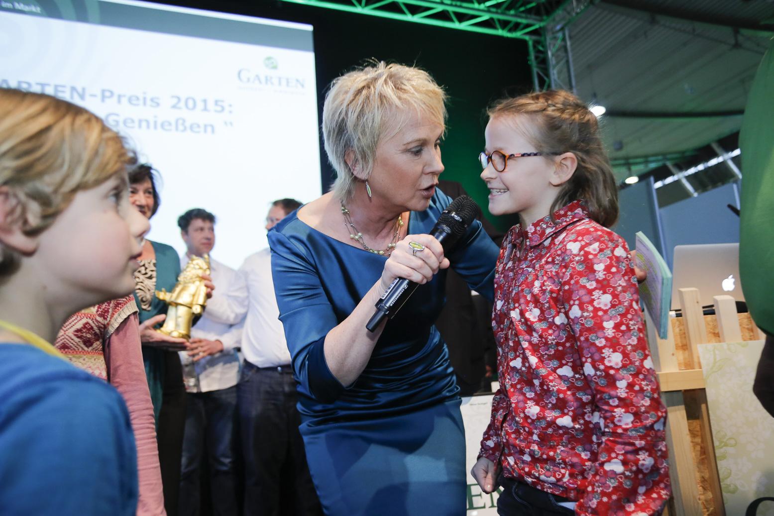 Andrea Mueller Moderation der Gartenpreisverleihung 2015 auf der Messe garden-outdoor-ambiente in Stuttgart im April 2015