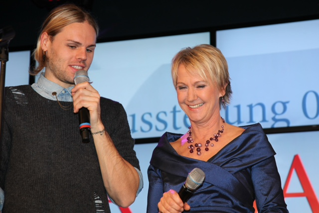 Moderation Herzenssache-Vernissage in der Sparda-Bank. Andrea Müller mit dem Sänger Daniel Schuhmacher, Dezember 2013