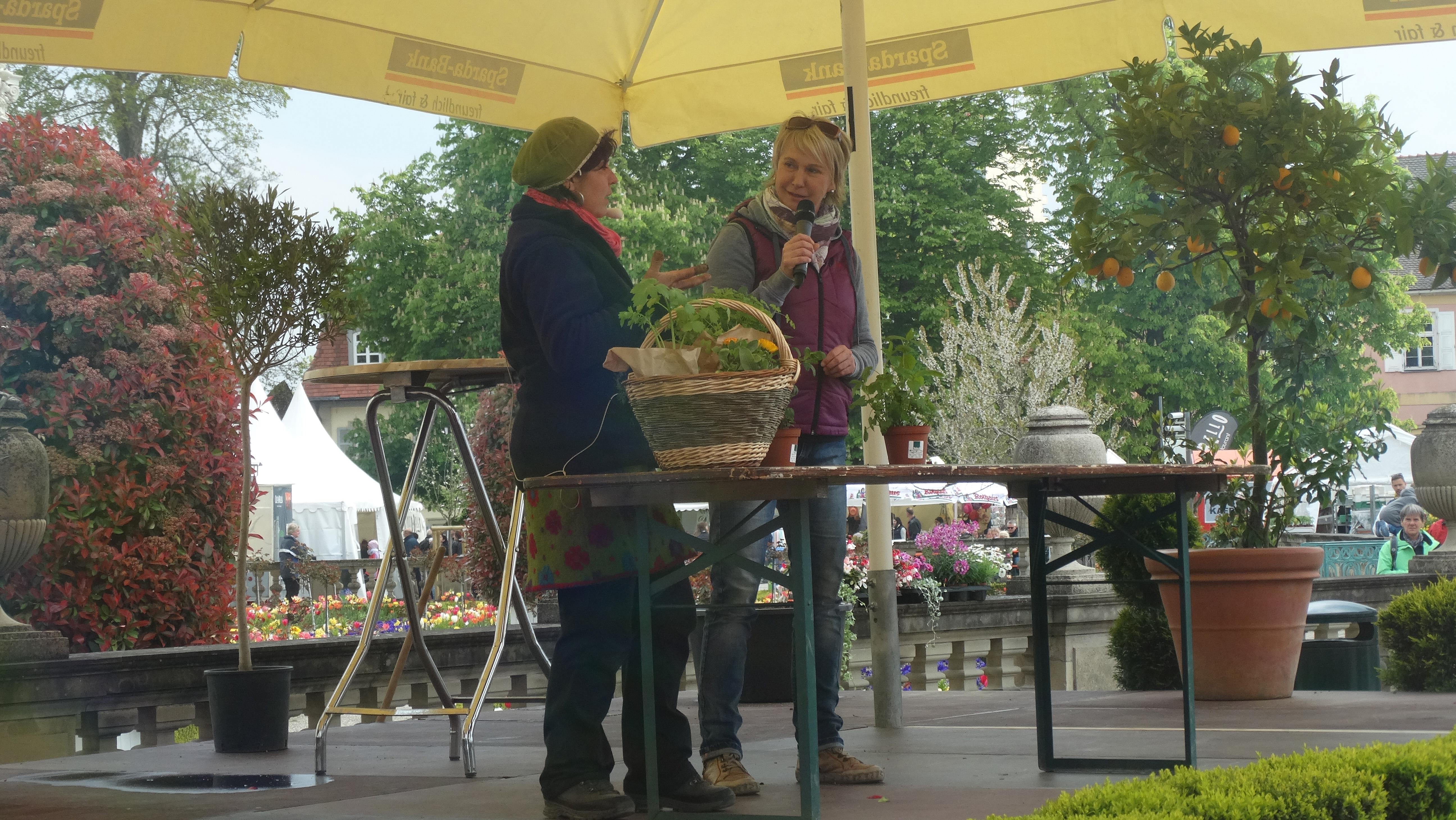 Bühnenmoderation Andrea Müller der Barocken Gartentage im Blühenden Barock in Ludwigsburg, Mai 2016