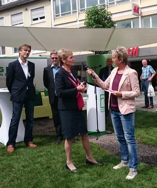 Interview von Andrea Müller mit Staatssekretärin Friedlinde Gurr-Hirsch bei der Roadshow ''Grün in die Stadt'' des Gartenbauverbandes Ba-Wü in Heilbronn , Juni 2016