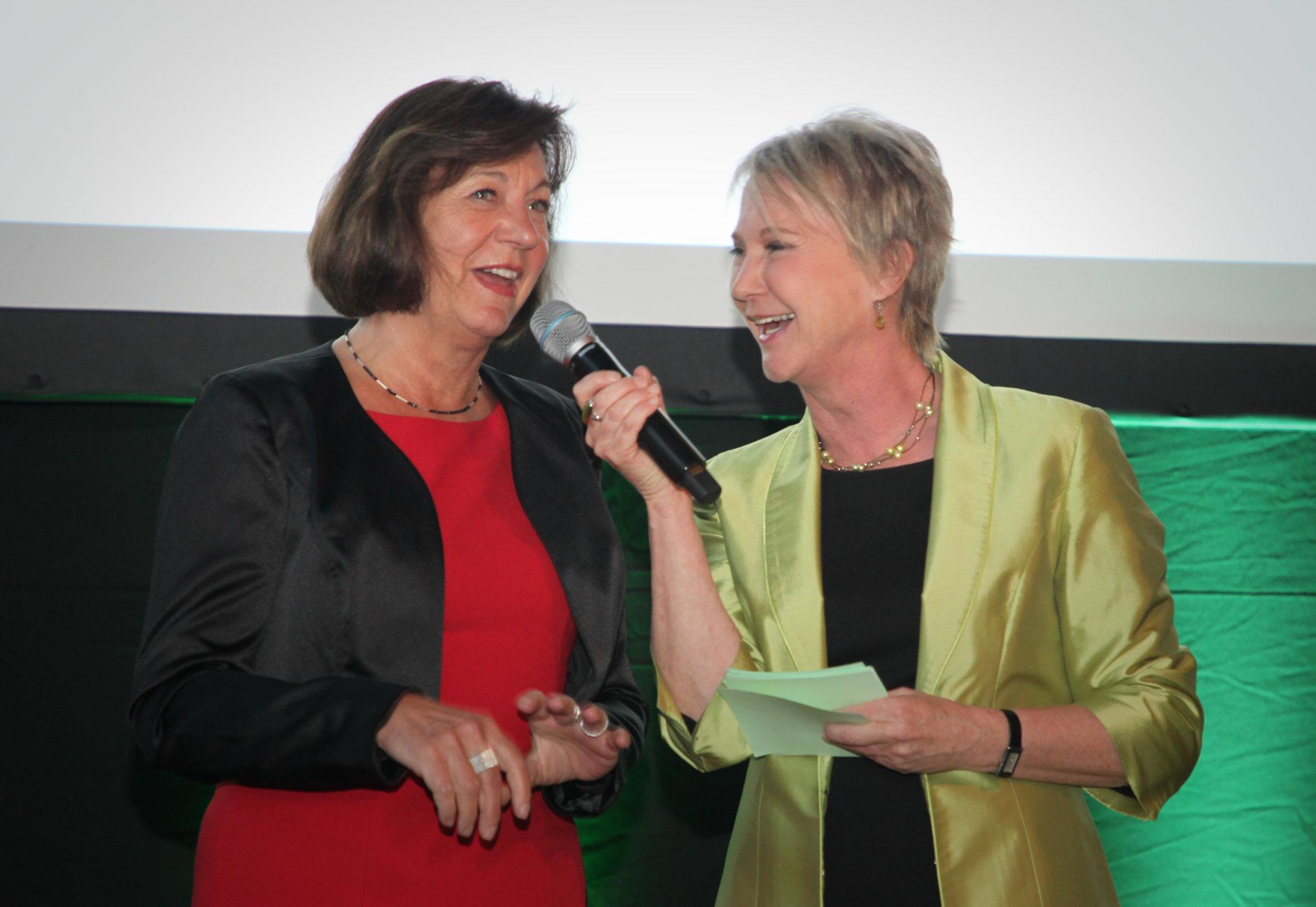 Moderation der Gartenpreisverleihung 2018 im Gespräch mit  Waltraud Ulshöfer, First Lady von Stuttgart, bei der 'garten-outdoor-ambiente', Messe Stuttgart, April 2018