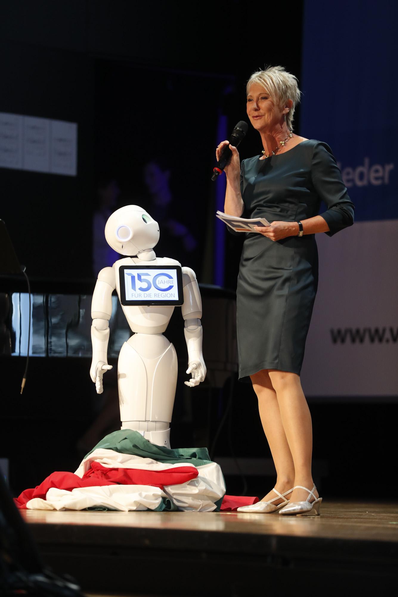 "Moderation der Jubiläums-Gala ""150 Jahre Volksbank-Raiffeisenbank Laupheim-Illertal"" im Gespräch mit dem Roboter 'Vrida', Kulturhaus Laupheim, Juni 2018"