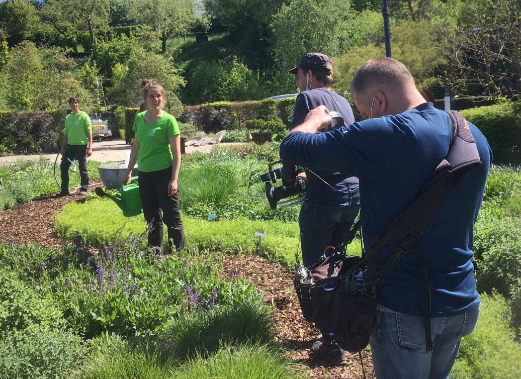 """Dreharbeiten zur SWR-Landesschau-Serie """"Die Gartenretter"""" mit Anna Adelmann und Hannes Mattenklott, Mai 2020  in Backnang"""