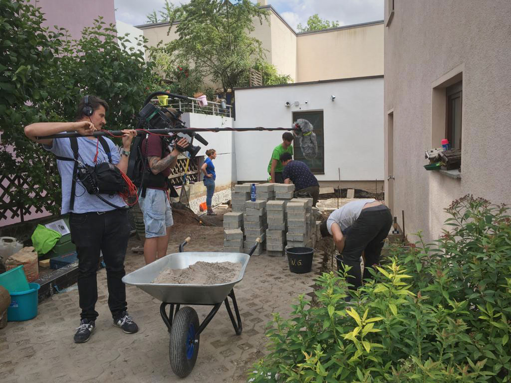 """Dreharbeiten zur SWR-Landesschau-Serie """"Die Gartenretter"""". Einsatzort: Vorgarten von Familie Beck, Esslingen, Juni 2020"""